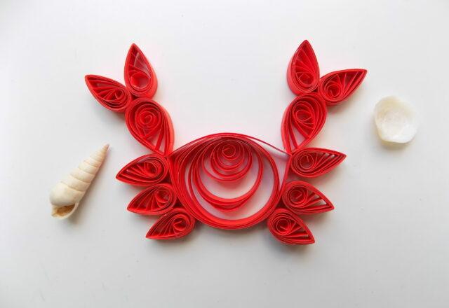 Краб из полосок цветной бумаги в стиле квиллинг