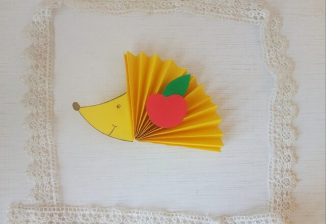 Поделка «Ежик» из цветной бумаги гармошкой для малышей